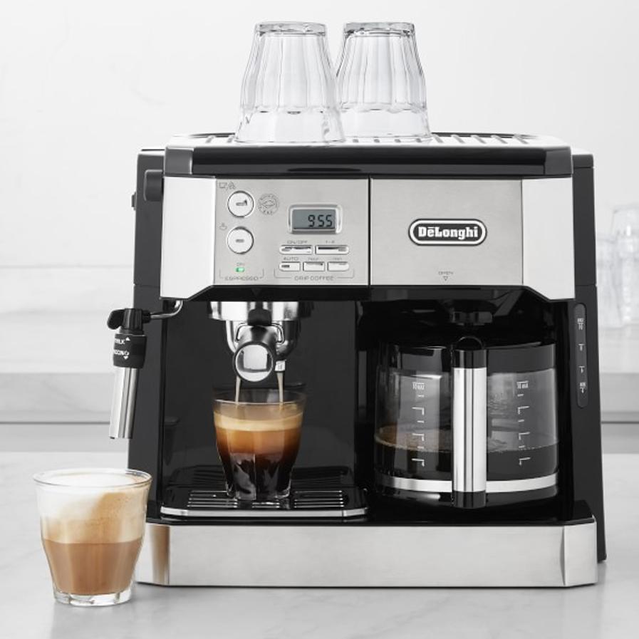 kávovar plný kávy
